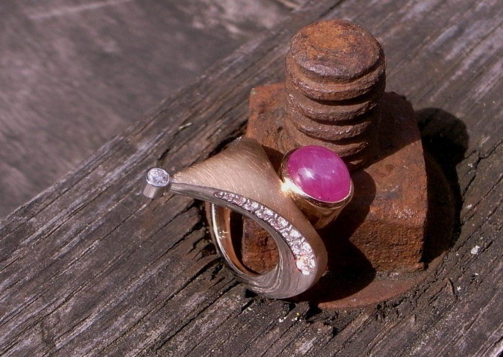 Ring 750er Rosegold mit Diamanten und Rubin von Stephanie Henzler - Goldschmiede-Atelier