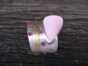 Armreif 925 Silber mit Feingold, pink Conch und Rubinen von Stephanie Henzler - Goldschmiede-Atelier