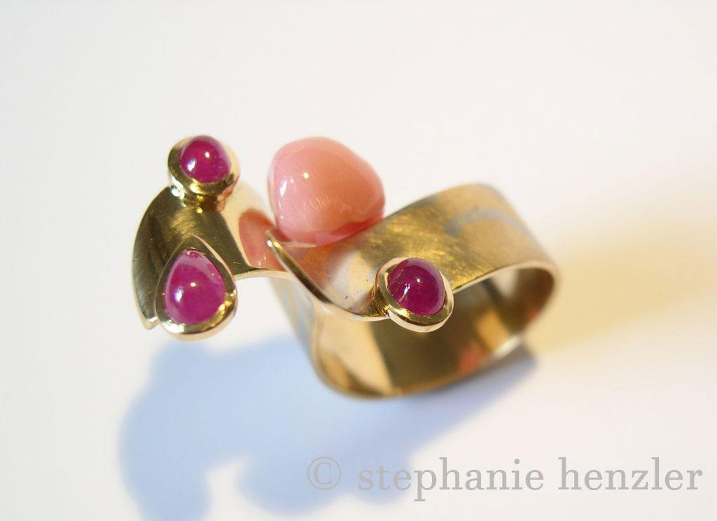 Ring 750 Gelbgold mit Platin Rubine und Pink Conch von Stephanie Henzler - Goldschmiede-Atelier