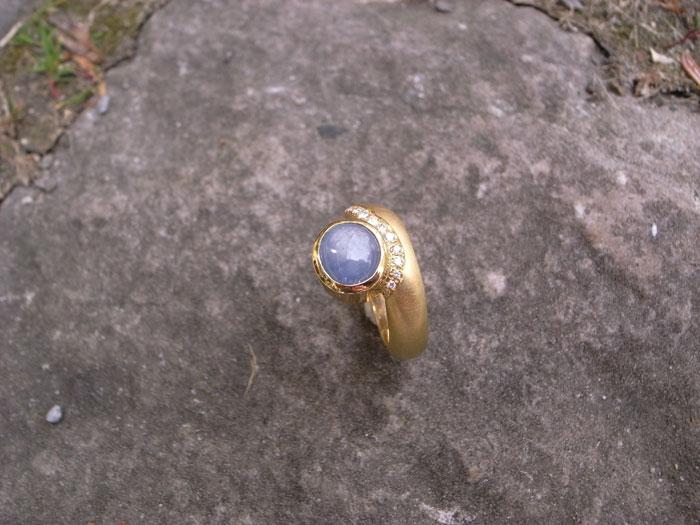Ring BLUE-STAR 750-Gelbgold mit 1 Sternsaphir hellblau und Brillanten von Stephanie Henzler - Goldschmiede-Atelier