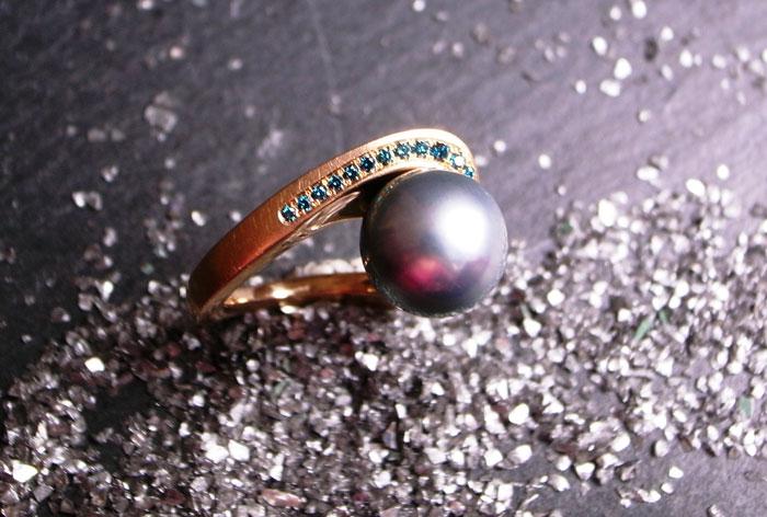 Ring FORM2007-HANDSCHMEICHLER von Stephanie Henzler - Goldschmiede-Atelier