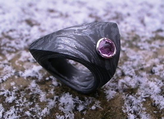 Ring AlutecCarbon mit Pink Saphir Platin von Stephanie Henzler - Goldschmiede-Atelier