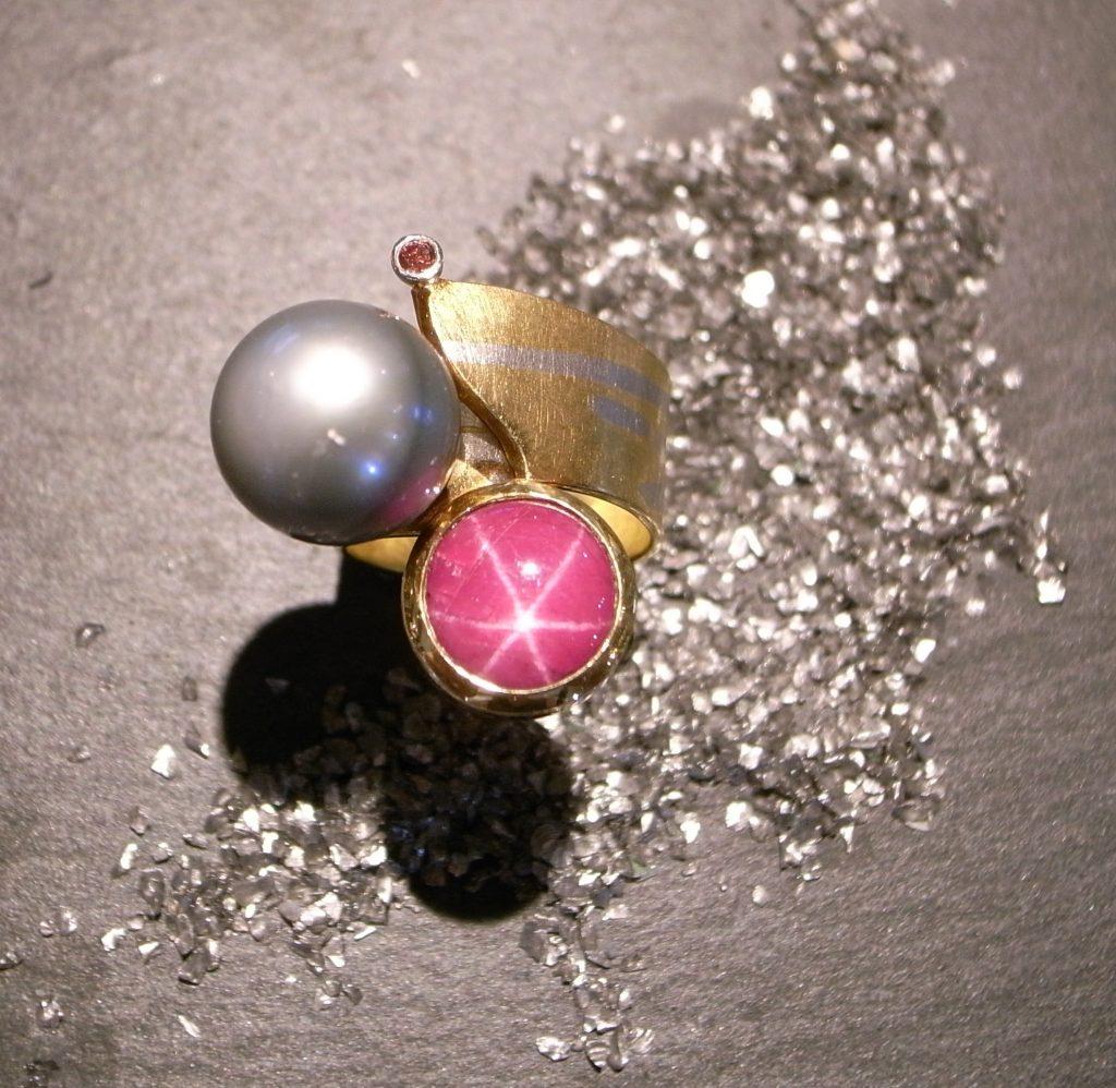 Ring aus Gold und Platin mit Tahitiperle und Sternrubin Pink Brillant von Stephanie Henzler - Goldschmiede-Atelier