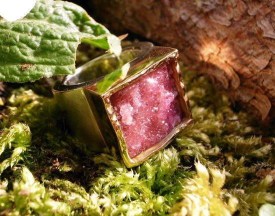 Ring auf Kundenwunsch mit Kobaltcalcit von Stephanie Henzler - Goldschmiede-Atelier