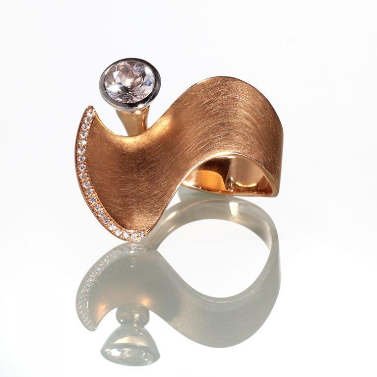 """Ring """"Queen of Wave"""" 750er Roségold mit 20 Brillanten 0,09ct 960/-Platin Morganit 1,23ct von Stephanie Henzler"""