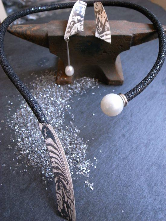 Set bestehend aus Ohrringen und Collier aus Silber Palladium Süßwasserperle und Rochenleder, Stephanie Henzler - Goldschmiede-Atelier in Nürtingen
