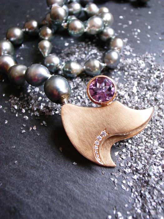 Tahiti Perlkette VIOLET DOUBLE WAVE aus 750-Rosegold Wechselschloss mit Amethyst und Brillanten oder Rosenholz von Stephanie Henzler - Goldschmiede-Atelier