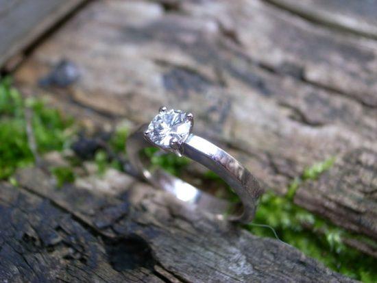 Verlobungsring PURE aus 750-Weissgold mit 1 Brillanten von Stephanie Henzler - Goldschmiede-Atelier