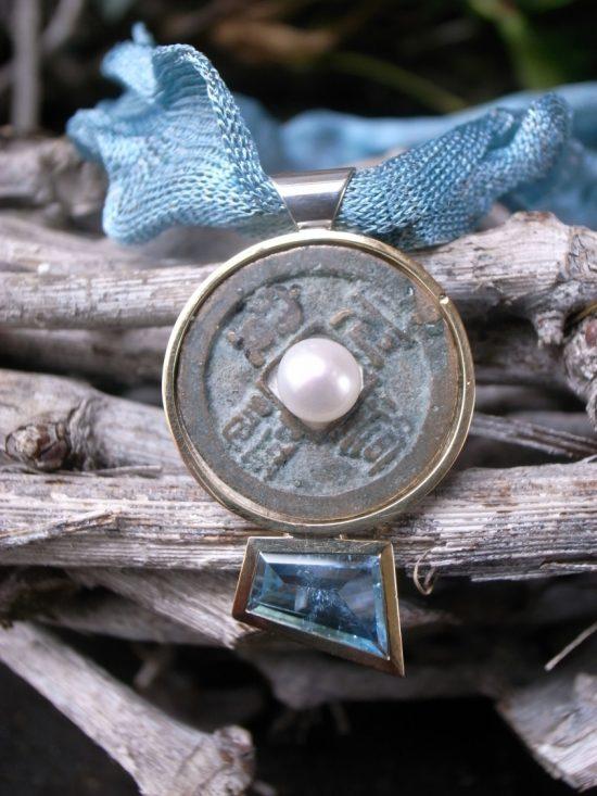 Collier aus Metallband in blau 925er Silber-Anhänger mit Japan-Münze 750 in Gelbgoldfassung und 1,98ct Aquamarin - aus Stephanie Henzlers Tokyo Line Kollektion