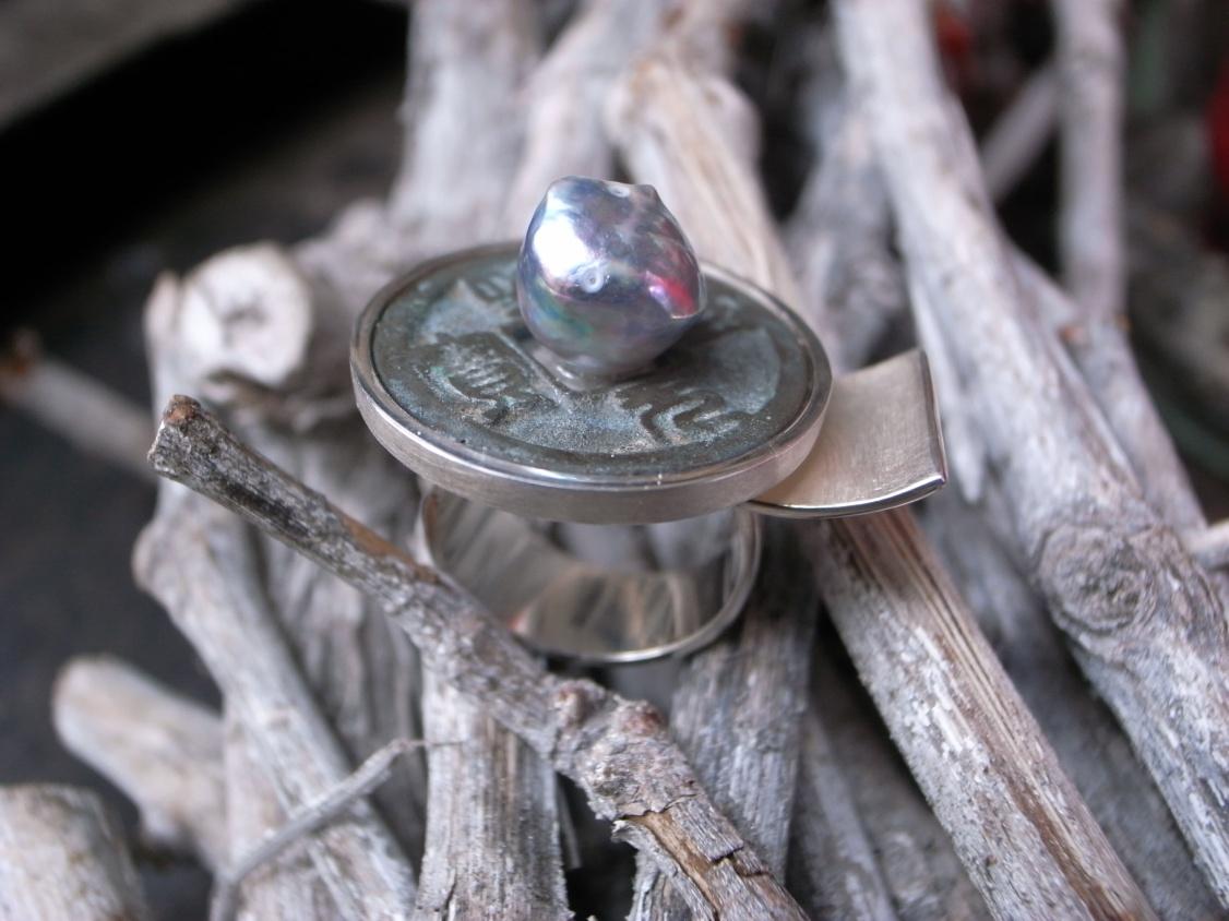 Ring aus der Kollektion Tokyo Line mit Japan-Münze, 925er Silber mit Akojaperle von Stephanie Henzler - Goldschmiede-Atelier in Nürtingen